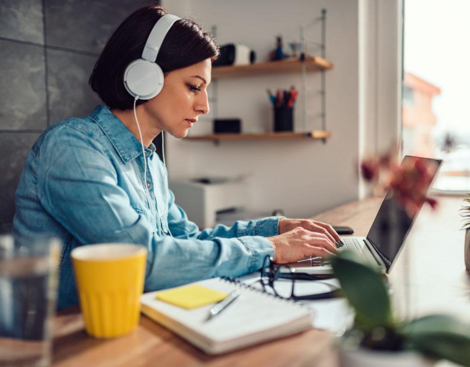 Arbeit von zu Hause, Home-Office, Notebook, Fernzugriff, Cloud, Online, Internetzugang