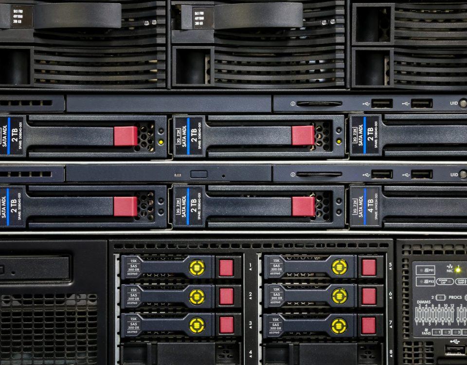 Warum ein RAID-System keine Datensicherung ist? Network panel, switch in data center